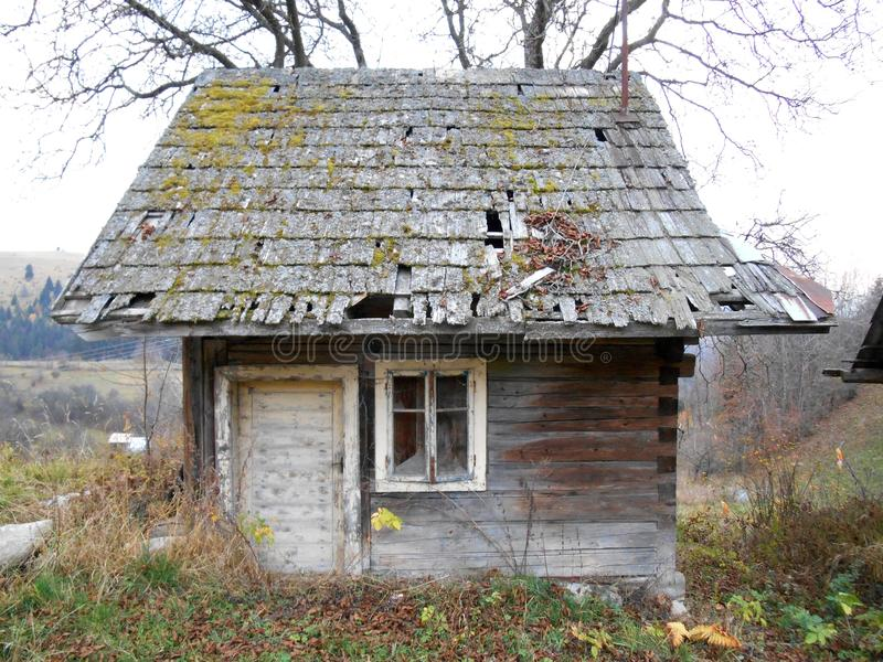 Vecchio cottage di legno in piccolo villaggio fotografia stock libera da diritti