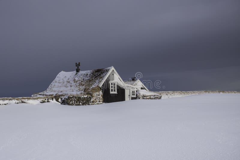 Vecchio cottage islandese tradizionale dei fishermans durante l'orario invernale fotografia stock
