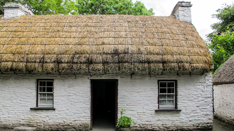 Vecchio cottage ricoperto di paglia irlandese fotografie stock libere da diritti