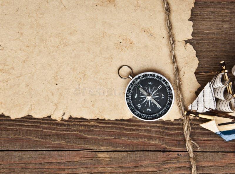 Vecchio crogiolo classico di modello di documento, della bussola, del corda e fotografia stock