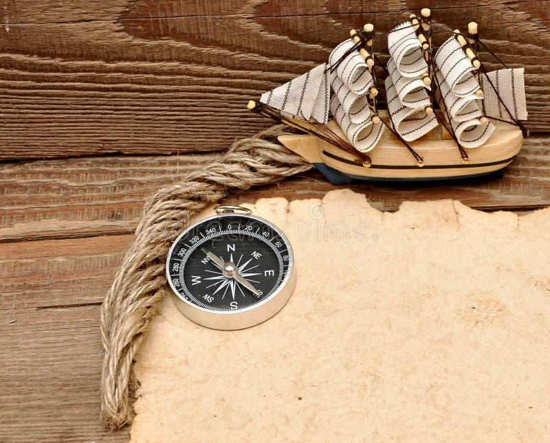 Vecchio crogiolo classico di modello di documento, della bussola, del corda e fotografie stock