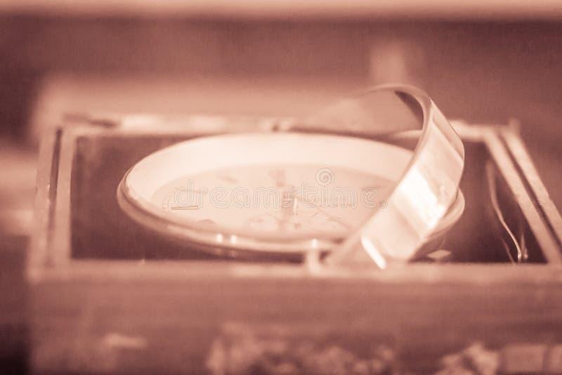 Vecchio cronometro marino d'annata, un orologio che è preciso e fotografia stock libera da diritti