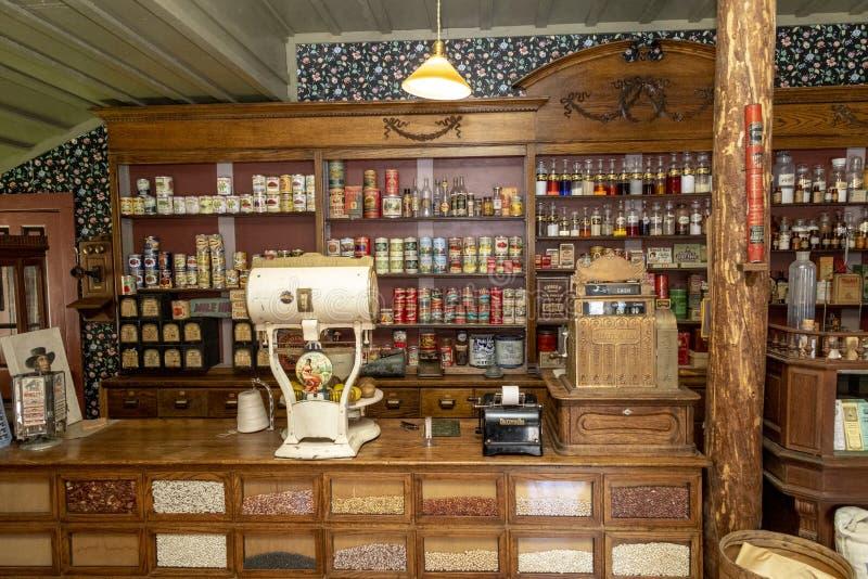 Vecchio deposito del villaggio con le medicine immagine stock libera da diritti