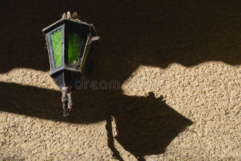 Vecchio dispositivo lightining sulla vecchia parete gialla in pieno delle ombre al sole fotografia stock