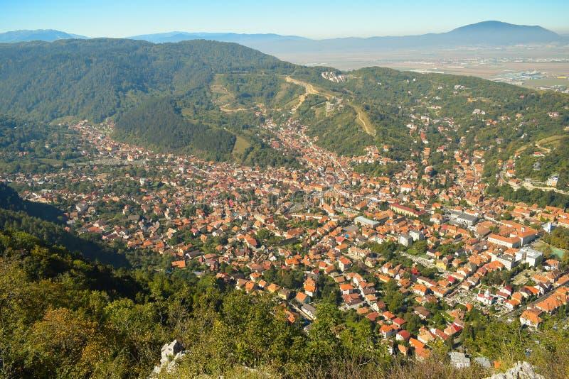 Vecchio distretto della città e di Schei di Brasov Vista di autunno da sopra la montagna di Tampa immagini stock