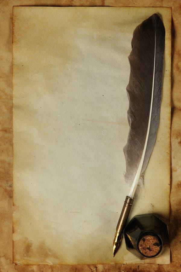 Vecchio documento con la spoletta & l'inchiostro immagini stock