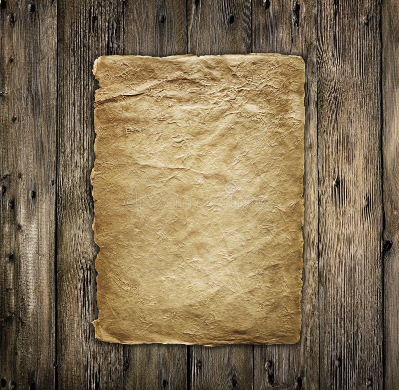 Vecchio documento d'ingiallimento su legno fotografia stock libera da diritti