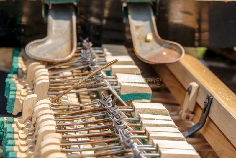 vecchio e della tastiera cuscinetto rotto dello strumento musicale fotografia stock libera da diritti