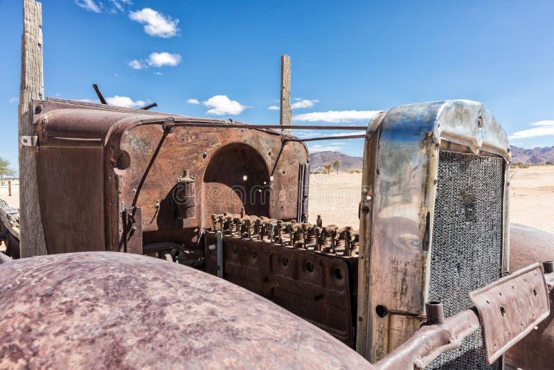 Vecchio e motore di automobile abbandonato nel deserto della Namibia, punto conosciuto come il solitario immagine stock