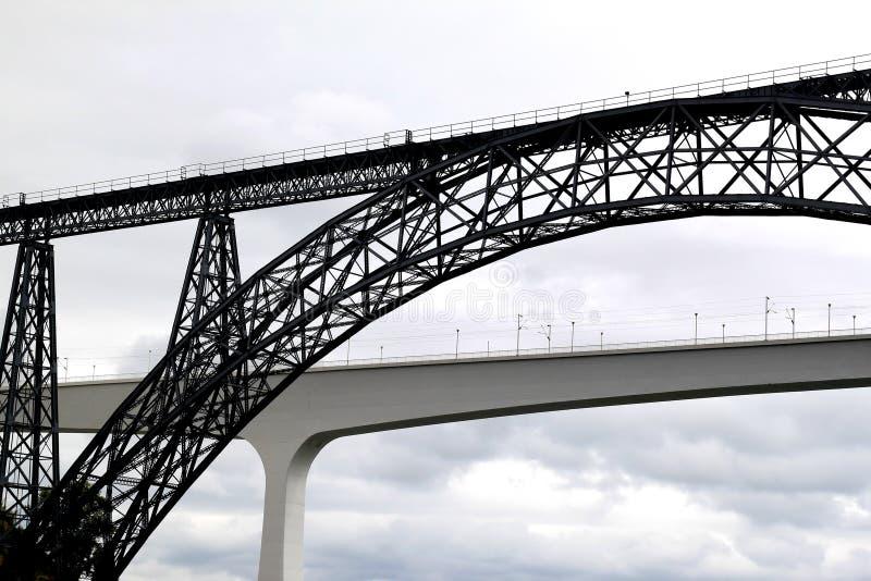 Vecchio e nuovo ponticello ferroviario a Oporto, Portogallo immagine stock libera da diritti
