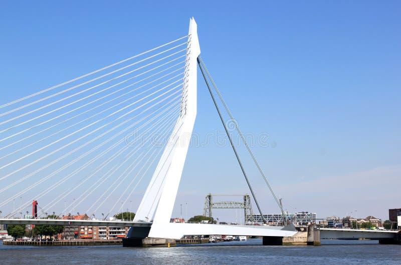 Vecchio e ponte moderno in città olandese di Rotterdam fotografie stock