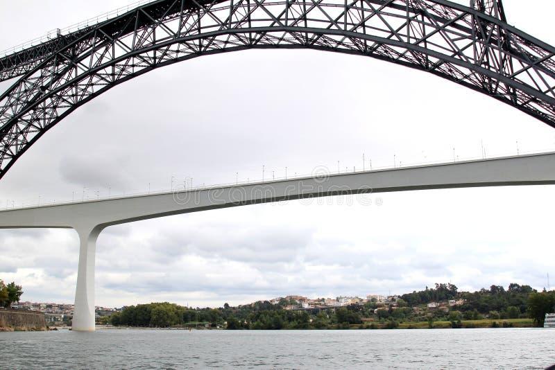 Vecchio e ponticello ferroviario moderno a Oporto, Portogallo fotografia stock libera da diritti