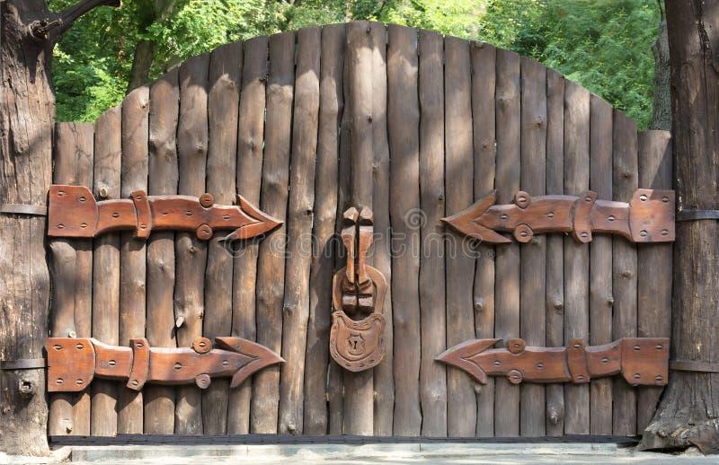 Vecchio e portone di legno misterioso - entrata alla foresta magica immagini stock