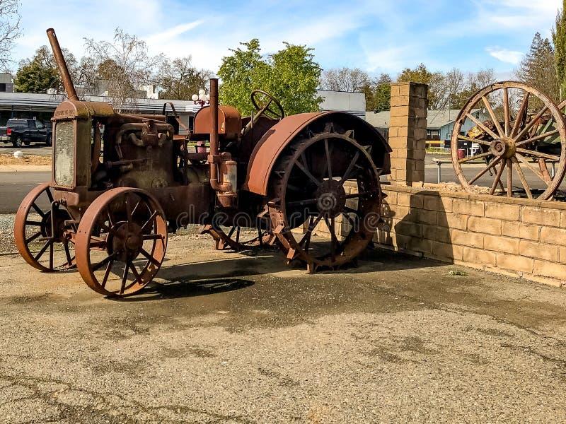 Vecchio e Rusty Tractor For Farming immagini stock