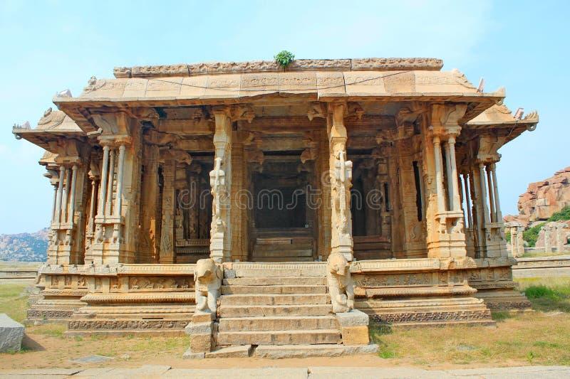 Vecchio e tempio indiano rovinato, Hampi, India fotografie stock