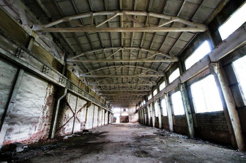 Vecchio ed interiore simmetrico abbandonato della pianta immagine stock libera da diritti