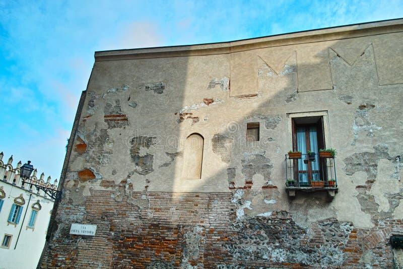 Vecchio edificio residenziale italiano immagine stock