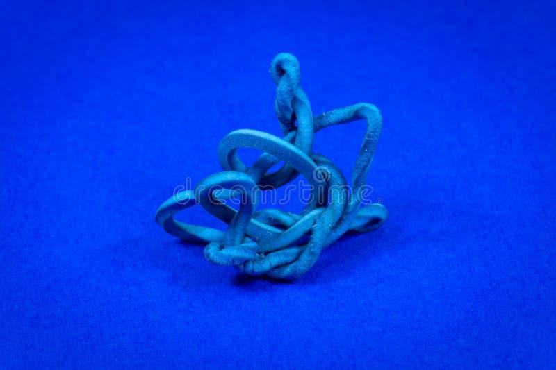 Vecchio elastico torto sul blu con lo spazio della copia fotografia stock libera da diritti
