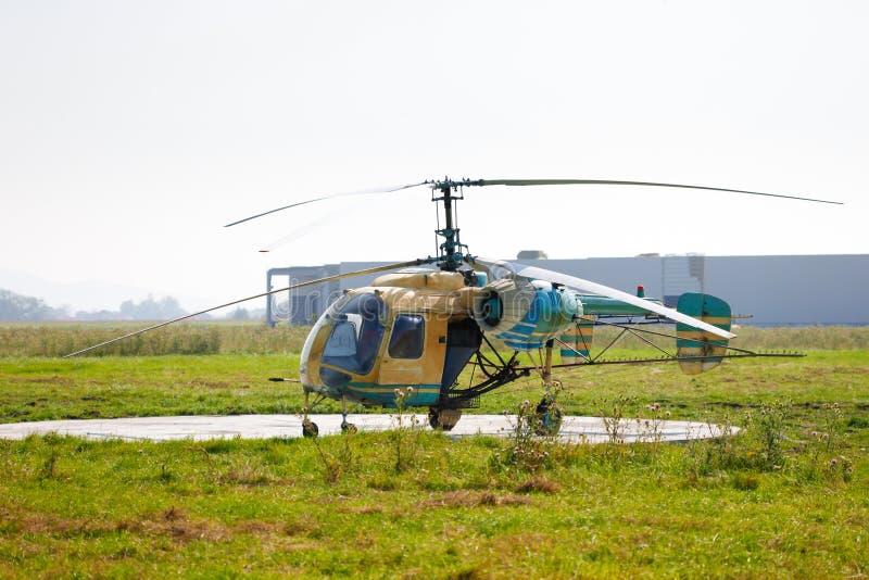 Vecchio elicottero della spolverata del raccolto fotografia stock