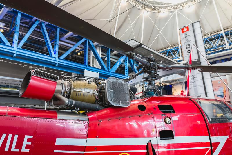 Vecchio elicottero rosso di sicurezza civile esibito all'entrata della città di scienza e di industria fotografie stock libere da diritti