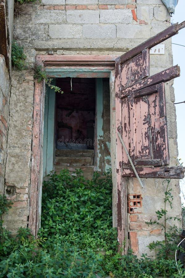 Vecchio entrace in una vecchia casa distrutta dopo il terremoto immagine stock