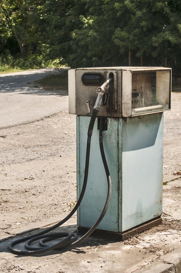 Vecchio erogatore abbandonato del combustibile fotografie stock libere da diritti