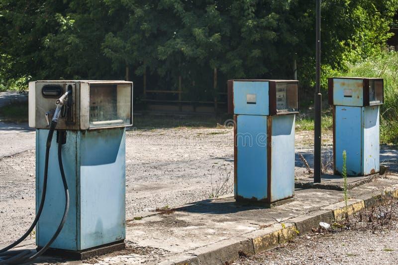 Vecchio erogatore abbandonato del combustibile immagini stock