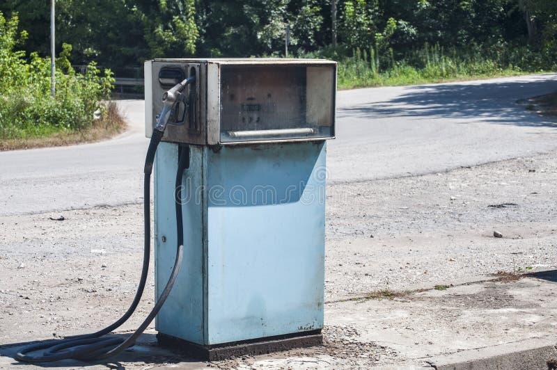 Vecchio erogatore abbandonato del combustibile fotografia stock libera da diritti