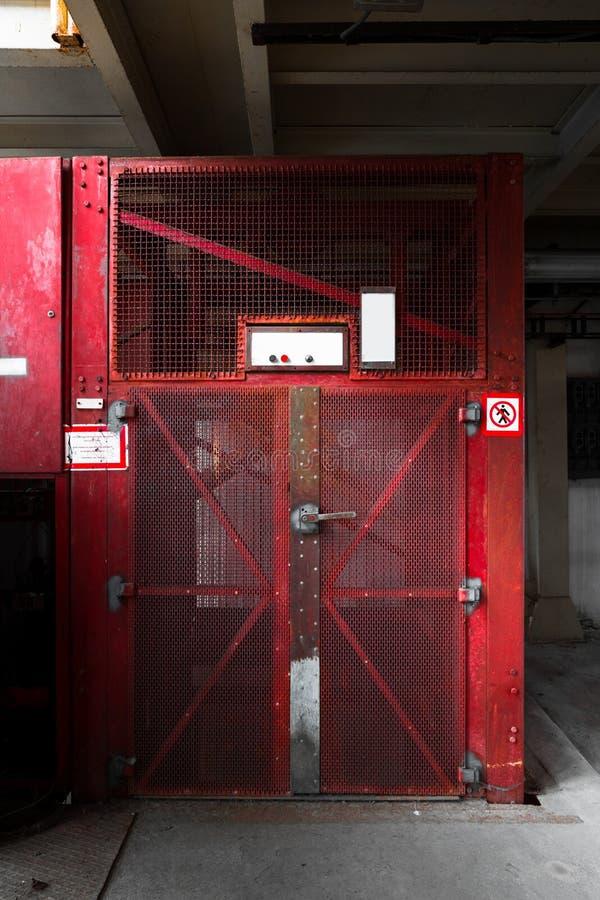 Vecchio fabbricato industriale nell'elevatore di trasporto fotografia stock