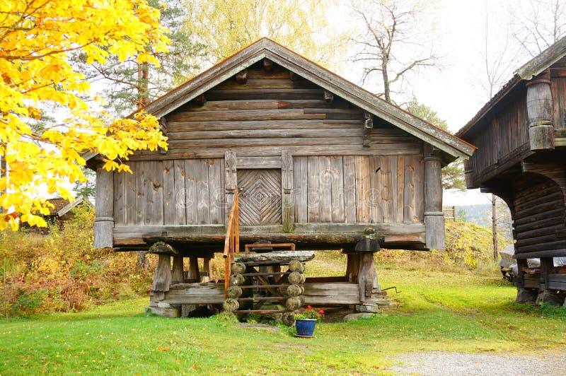 Vecchio fabbricato rurale di legno norvegese immagini stock libere da diritti