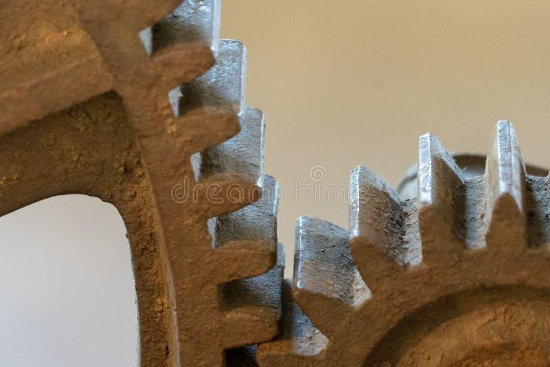 Vecchio ferro gigante ed ingranaggio di legno fotografia stock