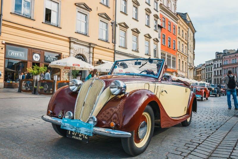 Vecchio Fiat classico sul raduno delle automobili d'annata a Cracovia, Polonia immagini stock