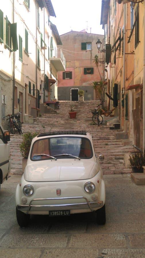 Vecchio Fiat 500 in Portoferraio, Elba Island, Italia fotografia stock libera da diritti