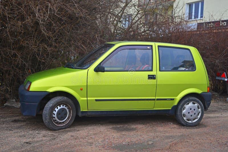 Vecchio Fiat verde Cinquecento ha parcheggiato fotografia stock libera da diritti