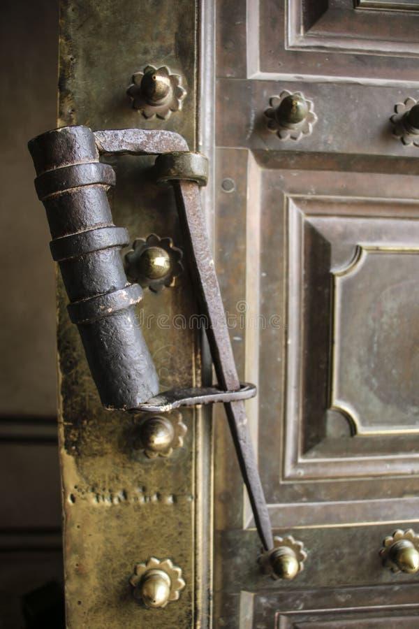 Vecchio fissi una porta del metallo fotografia stock libera da diritti