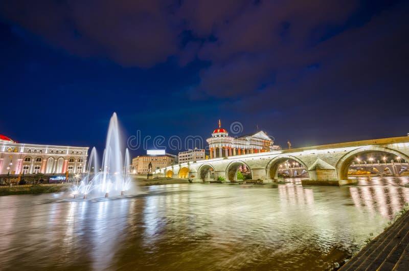 Vecchio fiume di pietra di Vardar e del ponte, Macedonia immagini stock