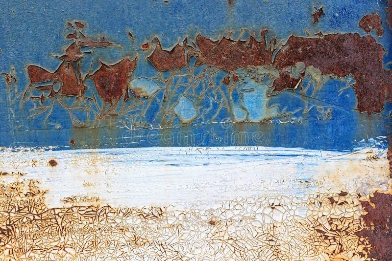 Vecchio fondo arrugginito del metallo con la p blu e bianca incrinata della sbucciatura fotografia stock libera da diritti