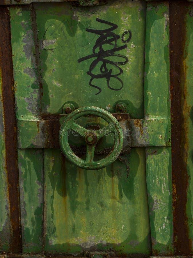 Vecchio fondo della porta del metallo con la valvola fotografia stock libera da diritti