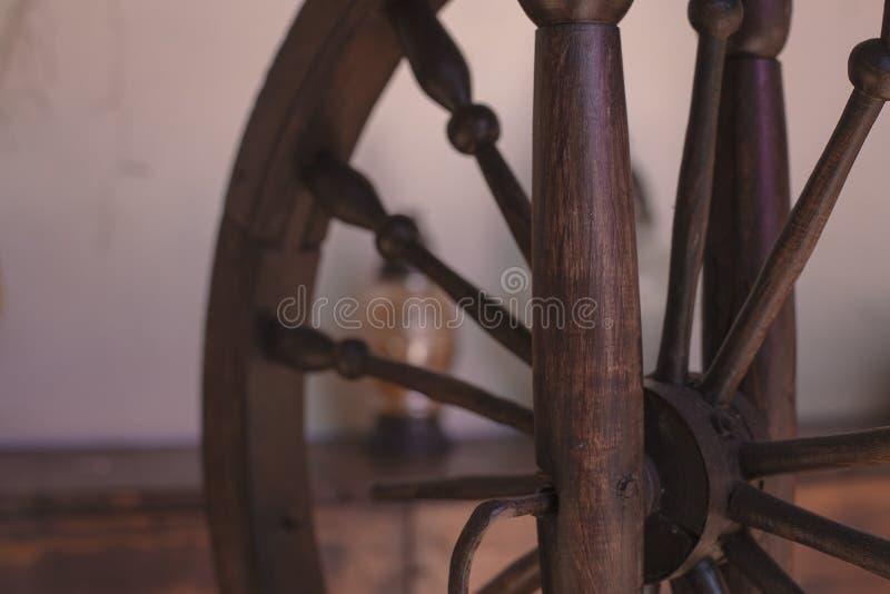 Vecchio fondo di legno marrone della ruota di filatura fotografia stock libera da diritti