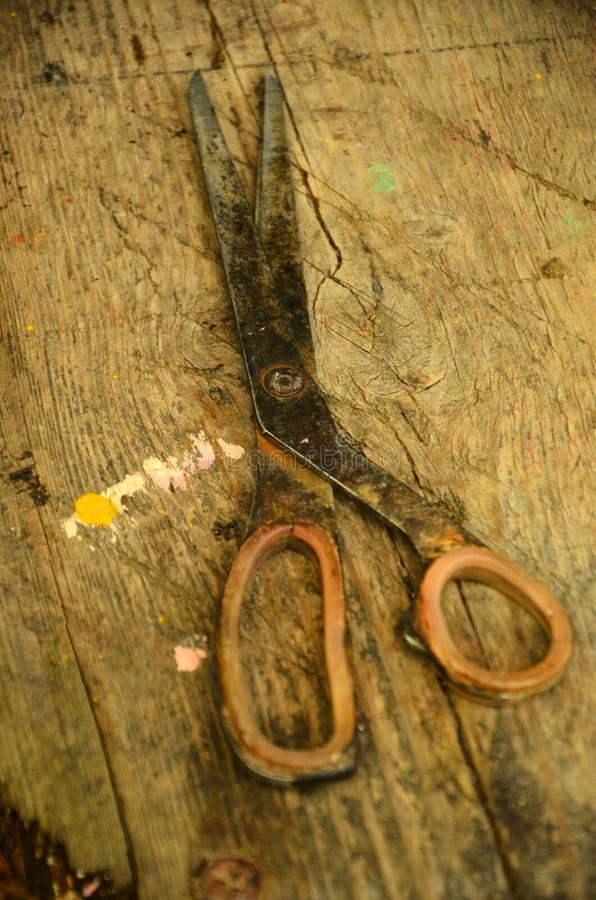 Vecchio fondo di legno marrone di forbici fotografia stock