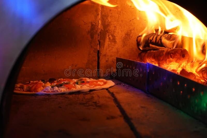 Vecchio forno d'annata con fuoco dentro per cuocere pizza originale immagine stock libera da diritti