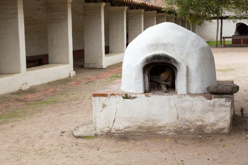 Vecchio forno del pane in giardino della missione fotografia stock libera da diritti