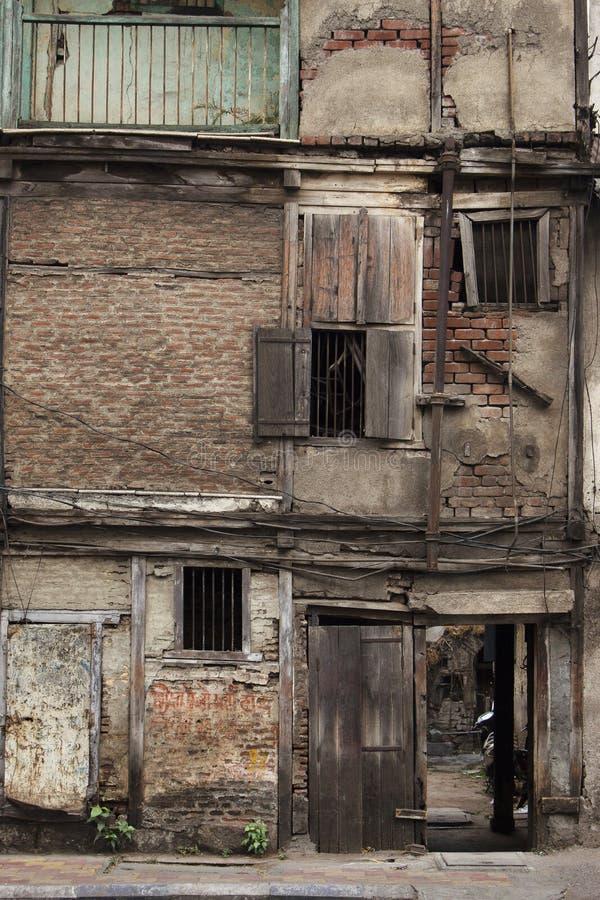 Vecchio funzionamento giù costruzione in Pune, maharashtra, India immagini stock libere da diritti
