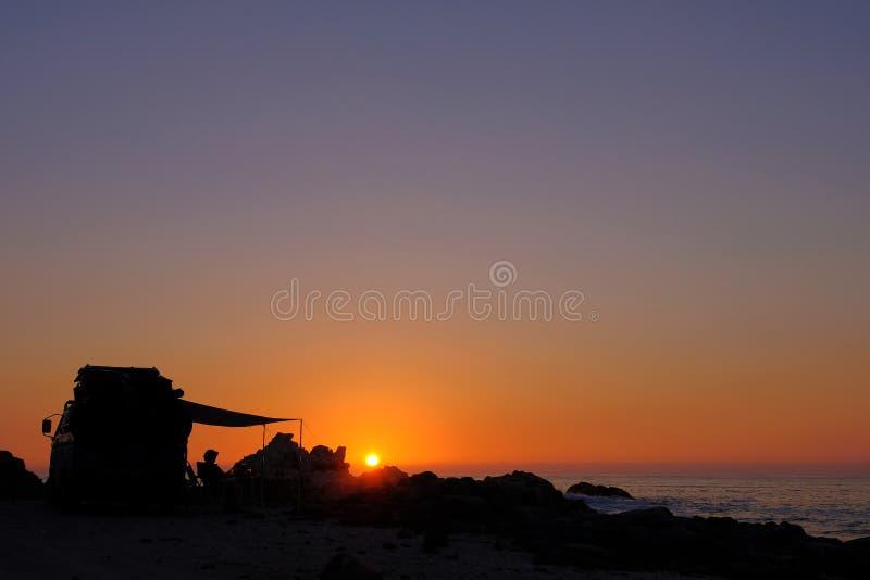 Vecchio furgone d'annata tedesco irriconoscibile alla costa del Pacifico al tramonto, a nord di Tocopilla, deserto di Atacama, Ci immagine stock libera da diritti