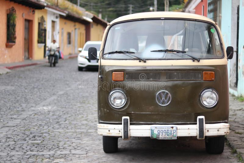 Vecchio furgone di VW sulla pietra del ciottolo immagine stock