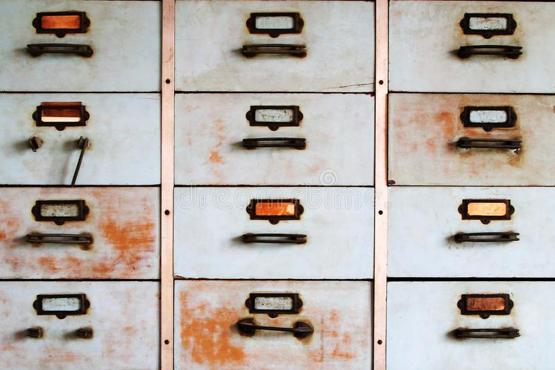 Vecchio gabinetto del metallo con colore del blu dei cassetti immagini stock