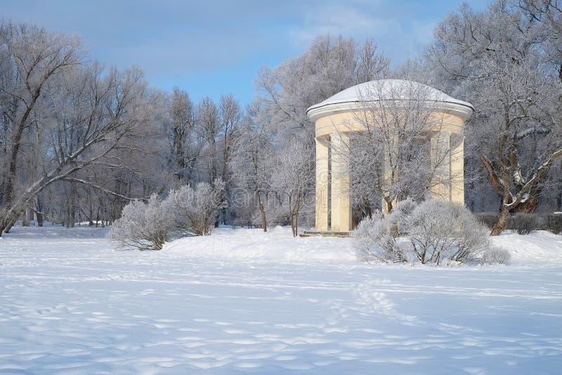 Vecchio gazebo nel parco di inverno fotografia stock libera da diritti