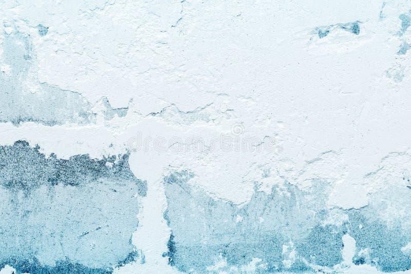 Vecchio gesso ruvido su un muro di mattoni Fondo astratto blu bianco immagini stock libere da diritti