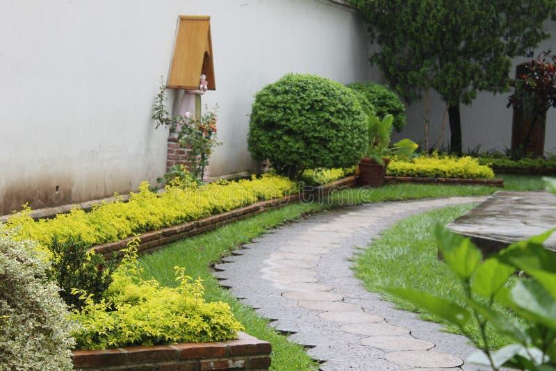 Vecchio giardino in una chiesa fotografia stock