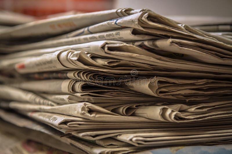 Vecchio giornale impilato fotografia stock
